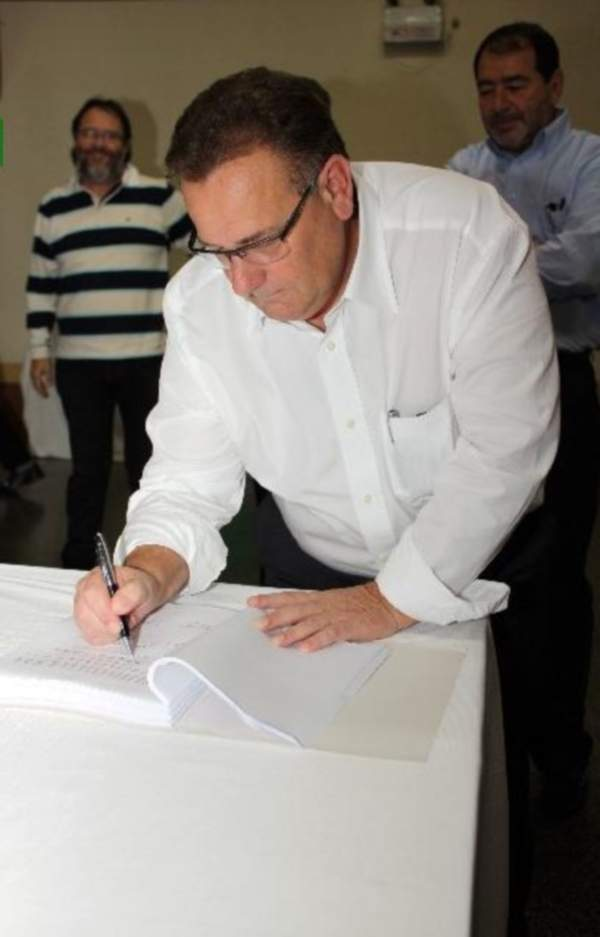 The President of Copercampos signing the partnership agreement with Brasil Foods, April 2010. Image courtesy of Copercampos.