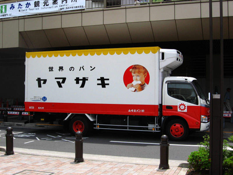 Yamazaki Baking distributes its products using hybrid trucks to reduce carbon dioxide emissions.