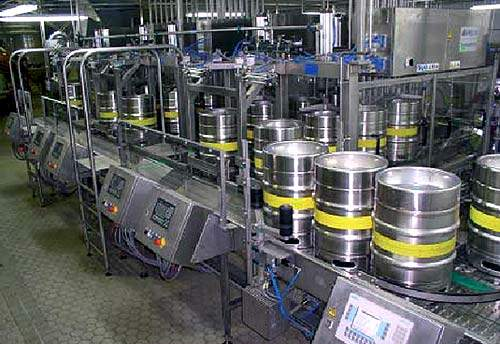 Two dual-lane versions of the Innokeg Transomat Duo 3/1, operating in a parallel fashion, are able to handle the task of washing and racking the kegs.