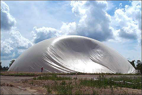 Inflating the airform that became the bakery's dome-shaped building. (image vitophoto.com)