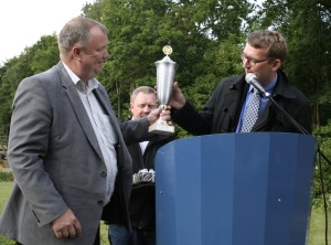 Birger Brix, chairman of Palsgaard (left) accepts the award from Troels Lund Poulsen, former Minister for the Environment.